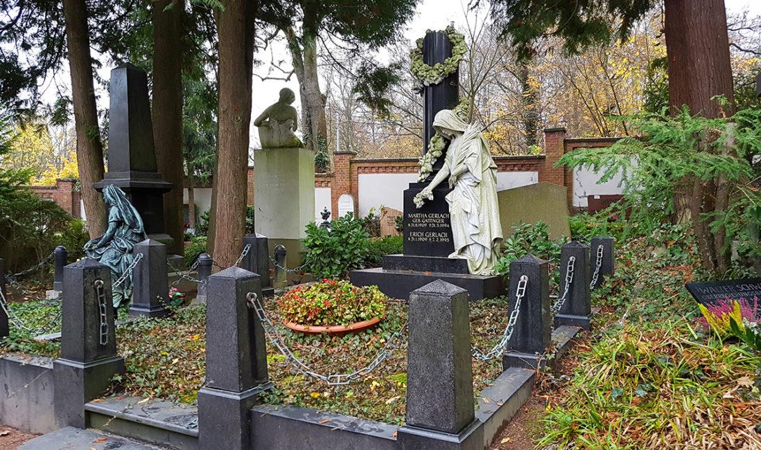 Antike Grabanlage Familiengrabstelle Nordfriedhof Wiesbaden Säule Ranke Granit Marmor Frauen Skulptur lebensgroß Grabeinfassung Bodendecker