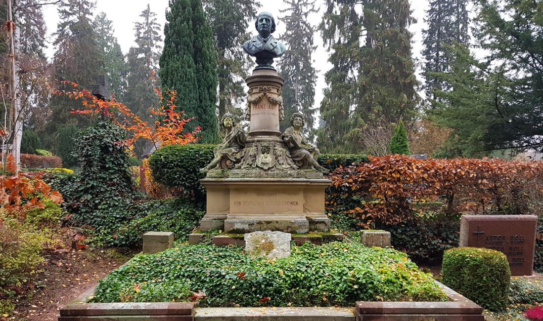 Grabdenkmal historisch Franz Abt berühmter Komponist Sandstein Säule Bronzefigur Büste Engel musizierend Grabeinfassung Bodendecker Nordfriedhof Wiesbaden