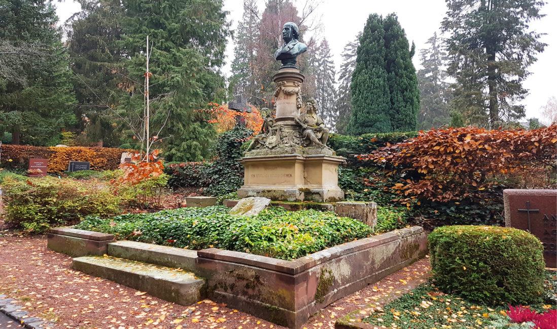 historische Grabstätte Franz Abt Sandstein Bronze Grabeinfassung Büste Engel mit Instrumenten Bildhauer Hermann Schies Grabbepflanzung pflegeleicht Wiesbaden