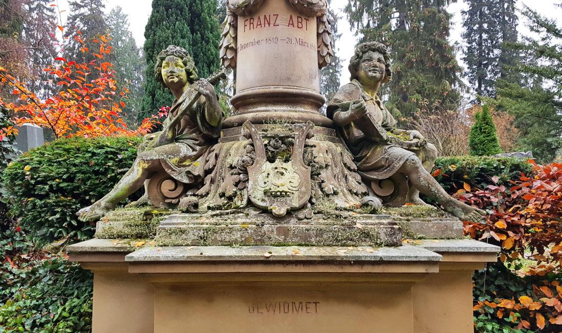 historische Grabstelle Franz Abt Säule Sandstein Steinfiguren Engel Musik Instrumente Steinmetz Kunst Nordfriedhof Wiesbaden
