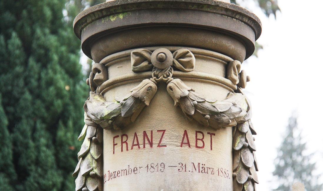 berühmte Grabstätte Franz Abt Sandstein Stele reich verziert Blumenschmuck Friedhofsverwaltung Wiesbaden