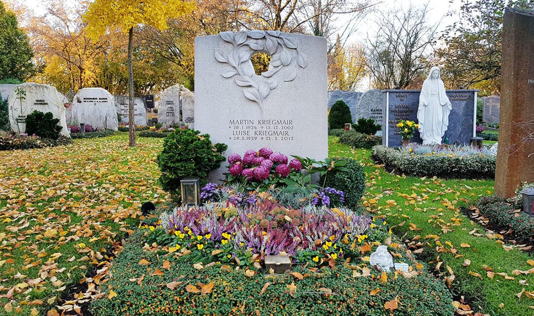Grabstein Doppelgrabstätte Kalkstein Öffnung Loch Zweig Blätter Kranz Modern Kosten Preise Herbstbepflanzung Gehölz Steinmetz Vaterstetten München