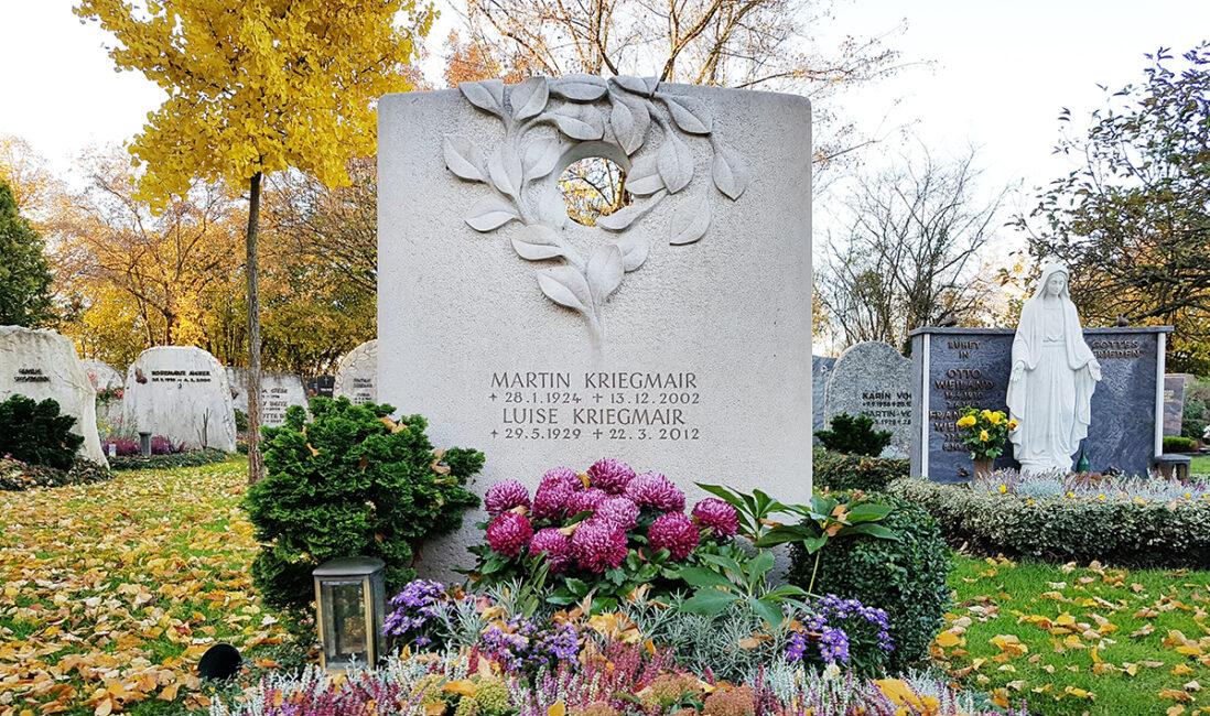 Grabmal Doppelgrab Kalkstein modern Loch Zweige Blätter Öffnung Gestaltungsidee Beispiel Bildhauer Werkstatt München Vaterstetten
