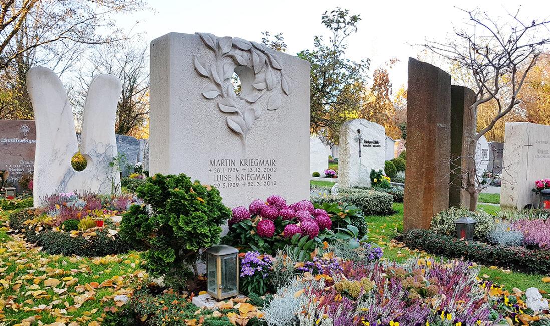Doppelgrabstein Grabanlage Grabstein Kalkstein Grabgestaltung Bepflanzung pflegeleicht Herbst Gehölz Grablampe Bronze Bonsai Friedhof Vaterstetten München