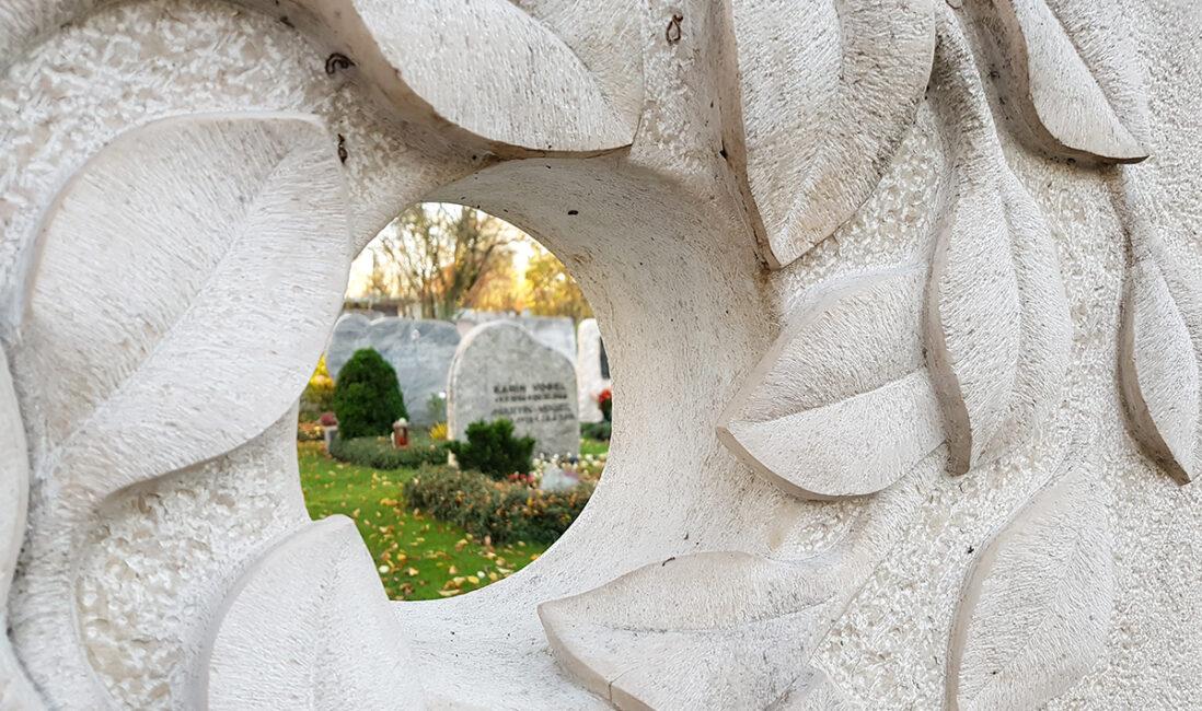 Grabmal Doppelgrab Öffnung Loch Blätter Idee Gestaltung Beispiel Grabkunst Steinbildhauer Vaterstetten München