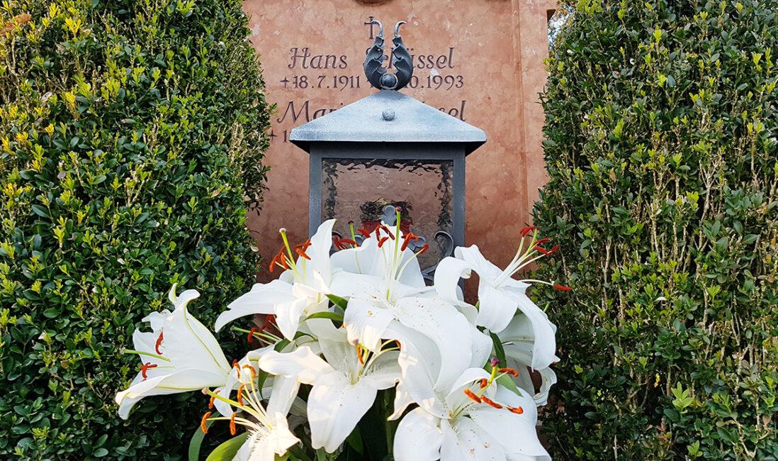 Grabstein Doppelgrab Kosten Preise Grablaterne Blumenschmuck Orchideen Buchsbäume roter Travertin Friedhofsverwaltung Vaterstetten München