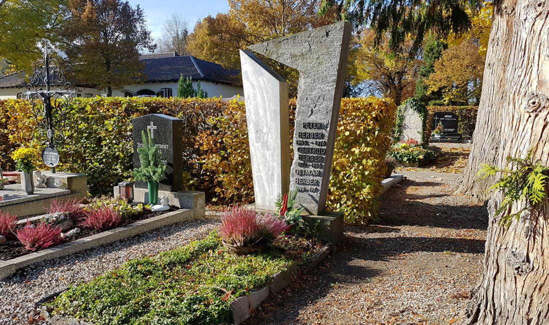 Grabstein Einzelgrab Granit Edelstahl modern Denkmal Stele Grabgestaltung Grabbepflanzung Bodendecker pflegeleicht Steinmetz Pfaffenhofen München