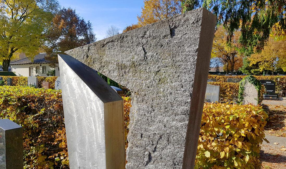 Einzelgrabstein Granit Metall Stahl poliert Gestlatung Idee Beispiel modern Friedhofsverwaltung Friedhof Pfaffenhofen München