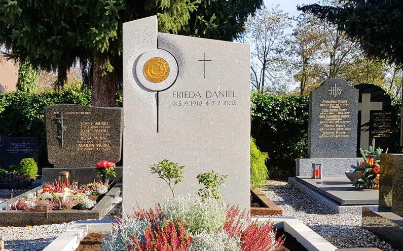 Pfaffenhofen Hauptfriedhof Einzelgrabstein Daniel - 1