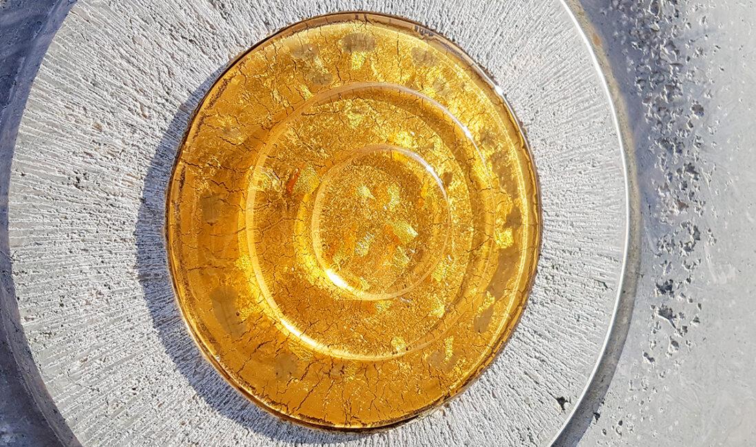 Grabmal Einzelgrab heller Kalkstein Glasscheibe gold Sonne modern Grabkosten Friedhofsverwaltung Pfaffenhofen