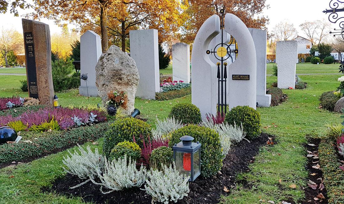 Grabstein Einzelgrabstätte Kalkstein oval Christlich Kreuz Metall schwarz Gold Jesus Gott Grabbepflanzung pflegeleicht Buchsbaum Grablaterne Steinmetz  München
