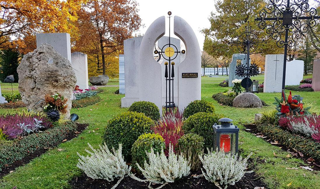 Einzelgrabstein Kosten Preise Kalkstein modern kirchlich Metallkreuz schwarz Gold Christus Grabgestaltung Friedhofsgärtnerei Vaterstetten München