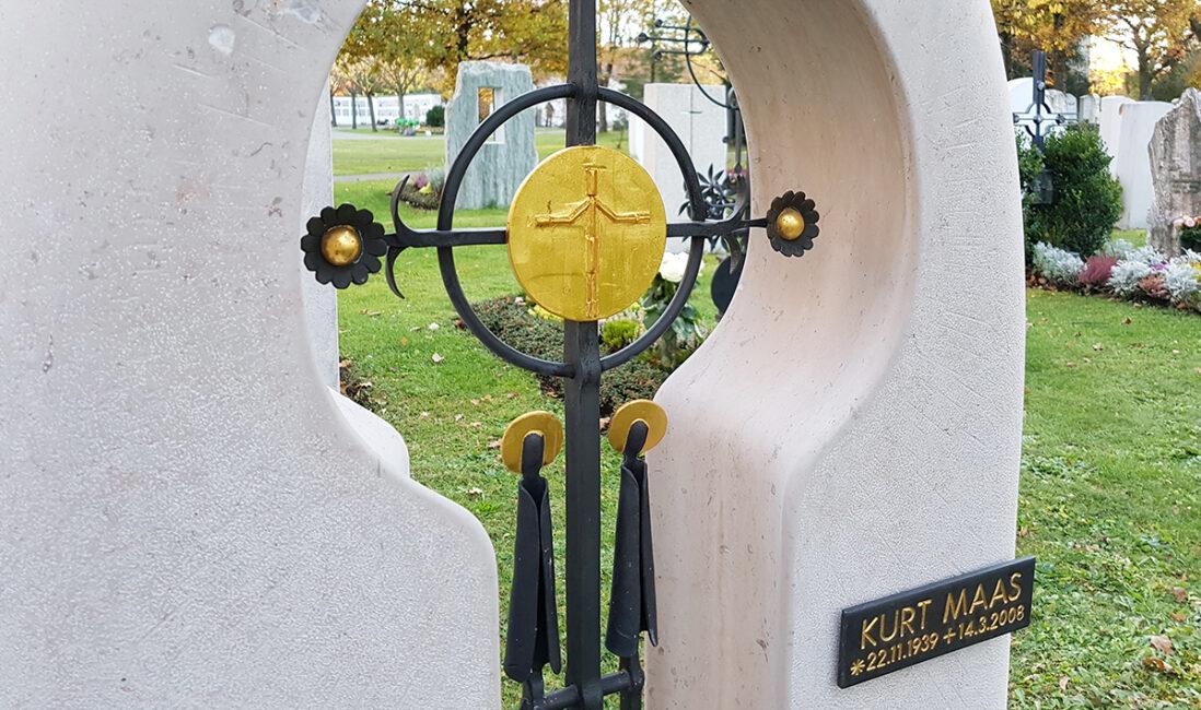 Grabmal Einzelgrab Kalkstein Eisenkreuz Gottes Sohn Jesus Metall Gestaltung Idee christliche Symbole modern Steinbildhauer Vaterstetten München