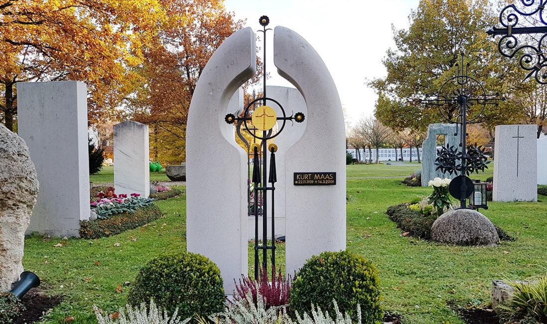 Einzelgrabmal oval Kalkstein hell Eisen Kreuz modern Grabsteingestaltung Beispiel Grabpflanzen immergrün pflegeleicht Buchsbaum Kugel Steinmetz München