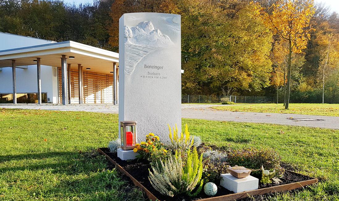 Grabstele Einzelgrab Kalkstein hell Motiv Berge Grabgestaltung Grabschmuck Herbstbepflanzung pflegeleicht Grablicht Steinmetz Finsing München