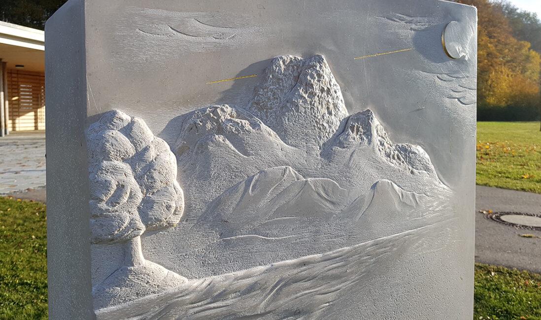 Grabstein Einzelgrabanlage Kalkstein Alpen Abbildung künstlerisch gehauen Gestaltung Idee Beispiel Bildhauer Werkstatt Finsing München