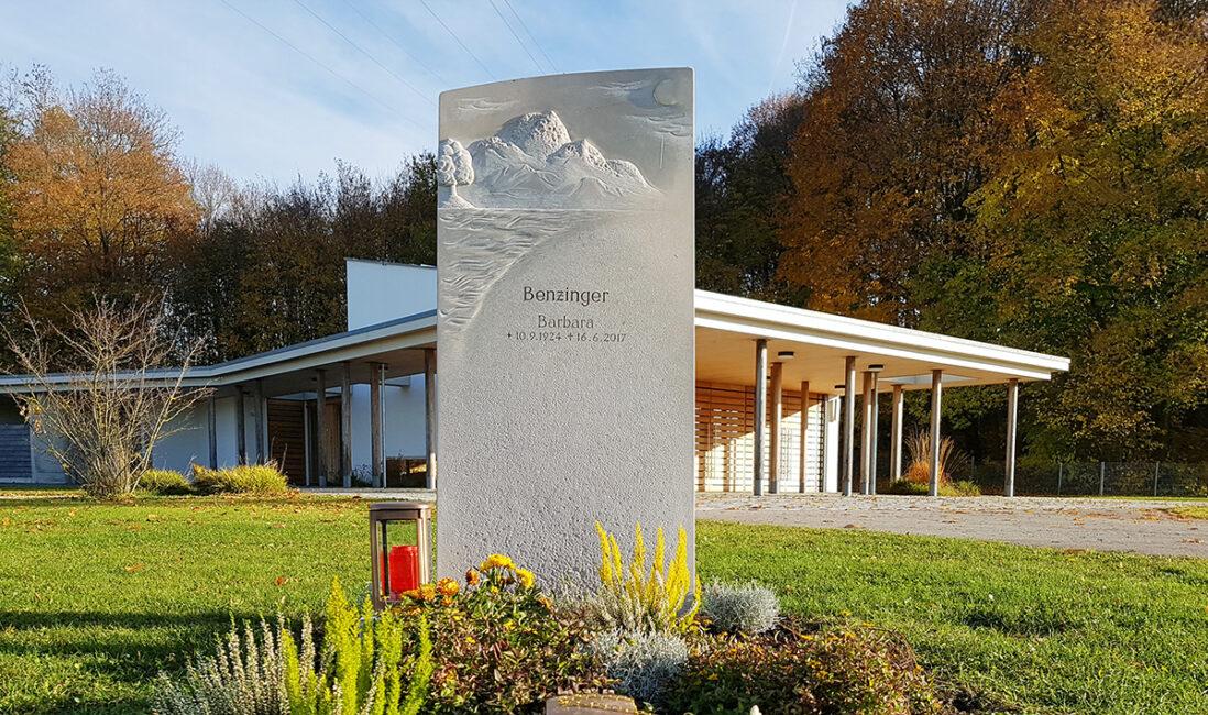 Grabsäule Grabmal Einzelgrab Motiv Alpenwelt Kalkstein Berge Steinbildhauer Herbstbepflanzung Kosten Pflege Steinbildhauer Friedhof Finsinf München