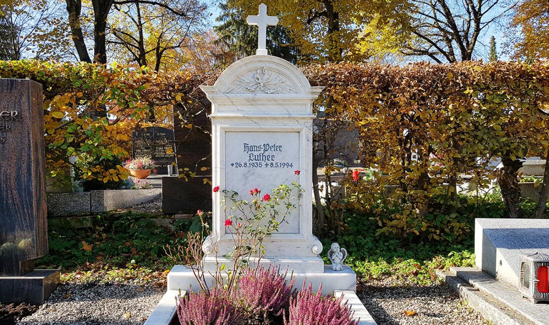 Einzelgrabstein Marmor Kosten Grabsteinpreise Einfassung Kreuz Antike Form Bildhauer Pfaffenhofen München