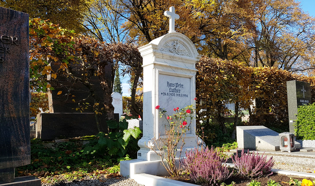Grabmal Einzelgrabstätte Marmor Grabumfassung Kreuz Grabbepflanzung Rosen Herbstpflanzen pflegeleicht Friedhof Pfaffenhofen München