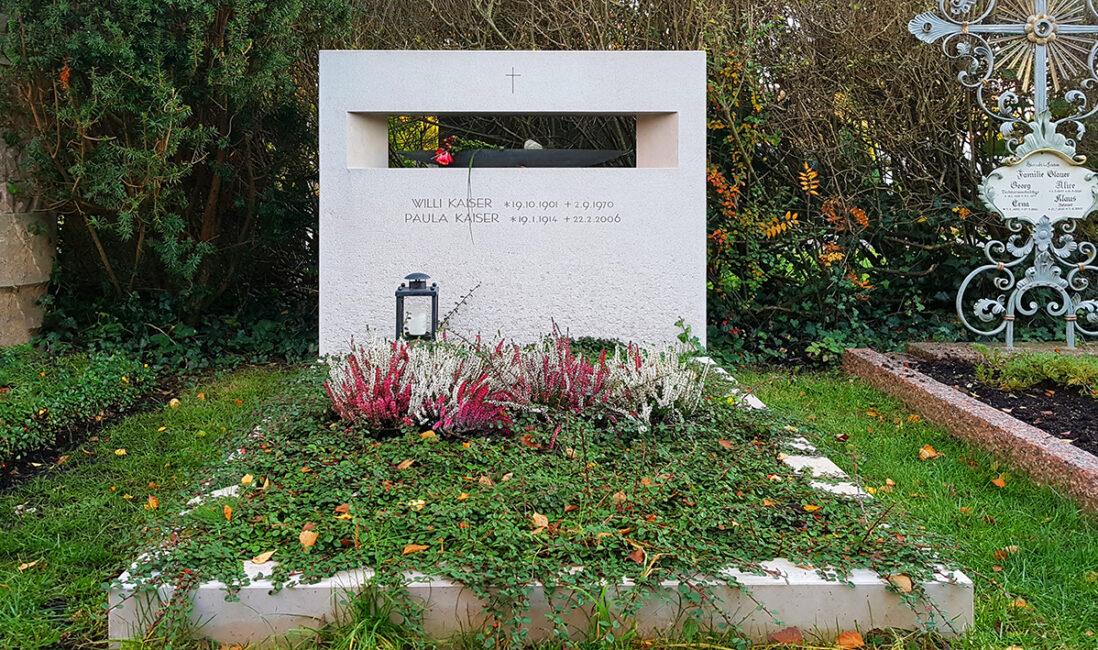 Familiengrabstätte Grabstein Kalkstein Einfassung Kosten Preise Angebot Öffnung Boot Grabbepflanzung Bodendecker Grablaterne Friedhof Vaterstetten München