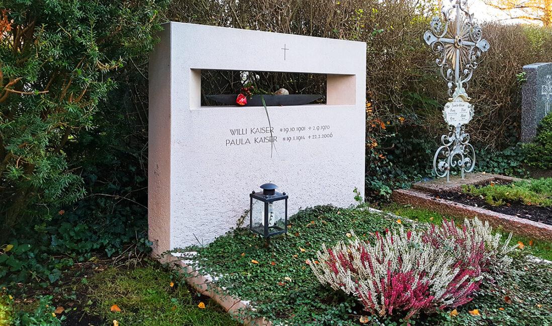 Grabanlage Familiengrabstein Kalkstein Grabeinfassung Grabbepflanzung pflegeleicht schlicht modern Friedhofsgärtner Vaterstetten München