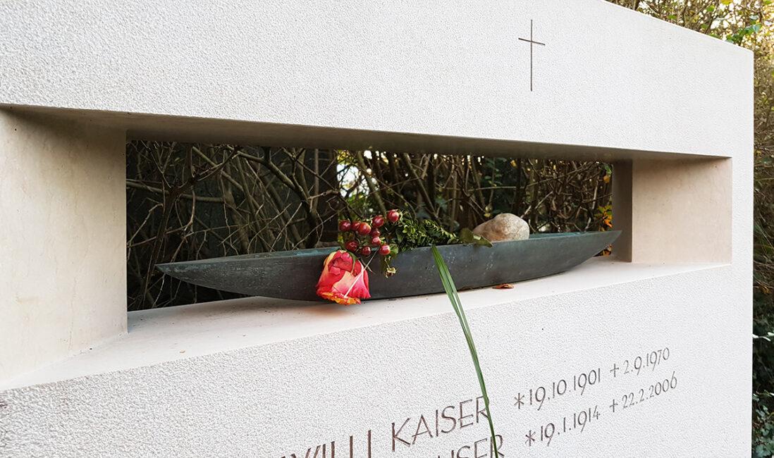 Grabstein Familiengrab Kalkstein Aussparung Modern Boot Blumen Kreuz christlich modern Steinmetz Vaterstetten München
