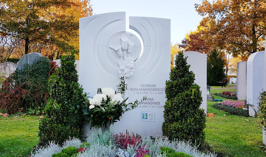 Familiengrabstein Doppelgrab Marmor modern Gestaltung Blumen Steinmetz Grabbepflanzung Herbst Winter Stauden pflegeleicht Friedhofsgärtner Vaterstetten München