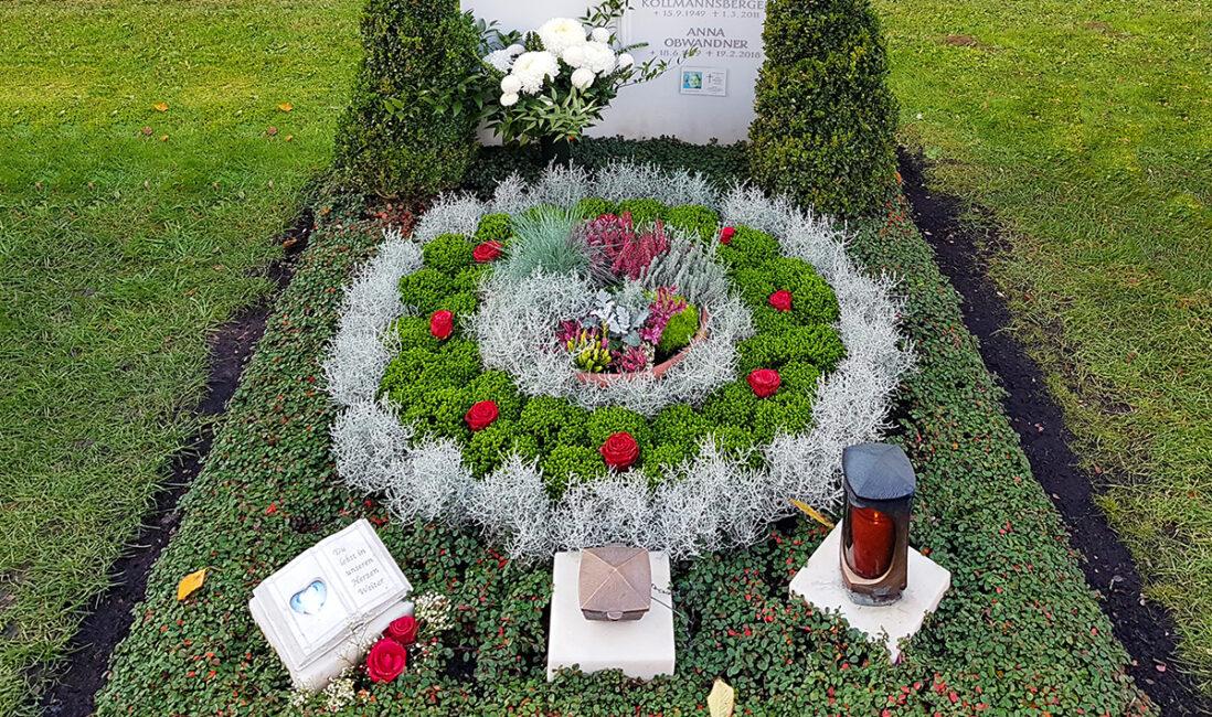 Doppelgrabstätte Familiengrabmal Grabgestaltung Herbstbepflanzung Bodendecker immergrün Buchsbaum Stauden Herbstblumen Grabschmuck Grablicht München