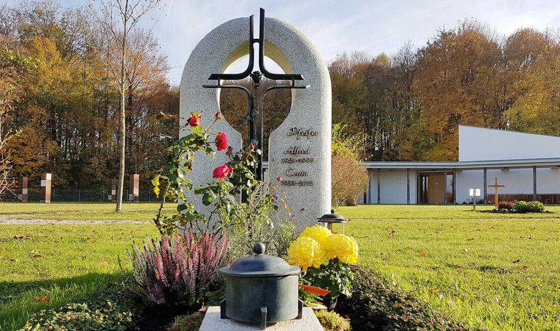 Grabmal Urnengrab Granit weiß Grabkreuz Bronze Metall Rose Grabschmuck Grabpflanzen Herbst Winter Blumenstrauss Rosenstrauch Steinmetz Finsing München