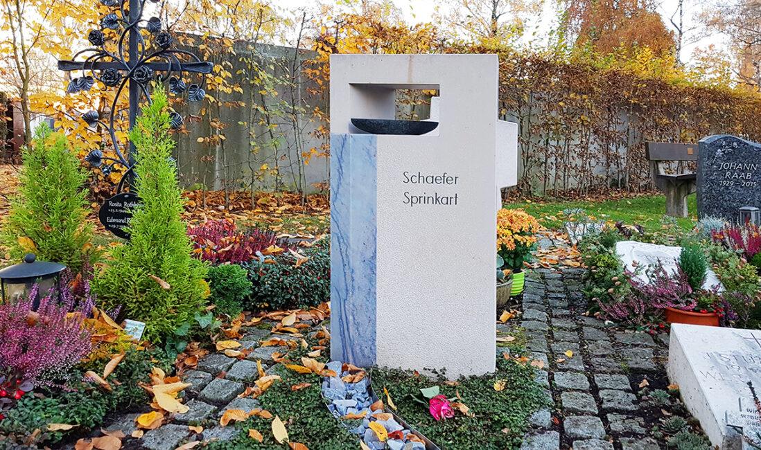 Urnengrabstein Kalkstein Marmor blau Wasserfall Boot Quelle Öffnung Steinmetz Gestaltung Idee Beispiel Vaterstetten München