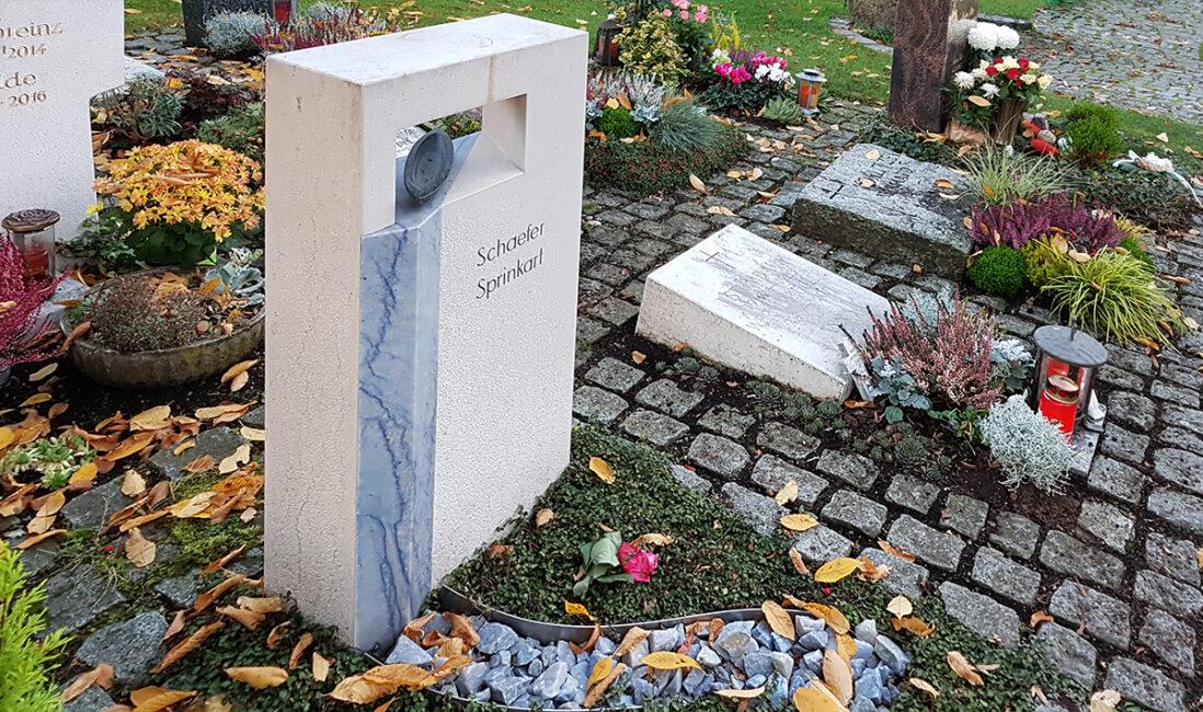 Urnengrabmal heller Kalkstein blauer Marmor Symbol Wasser Meer Fluss Lebens Boot schwarz Granit Bearbeitung Steinmetz Vaterstetten München
