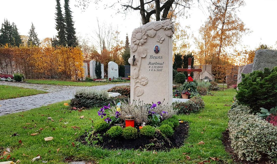 Grabmal Urnengrabstätte Kalkstein modern Kindergrab Blumen Wiese Vögel Bronze Grabpflanzen pflegeleicht Friedhofsgärtner Vaterstetten München