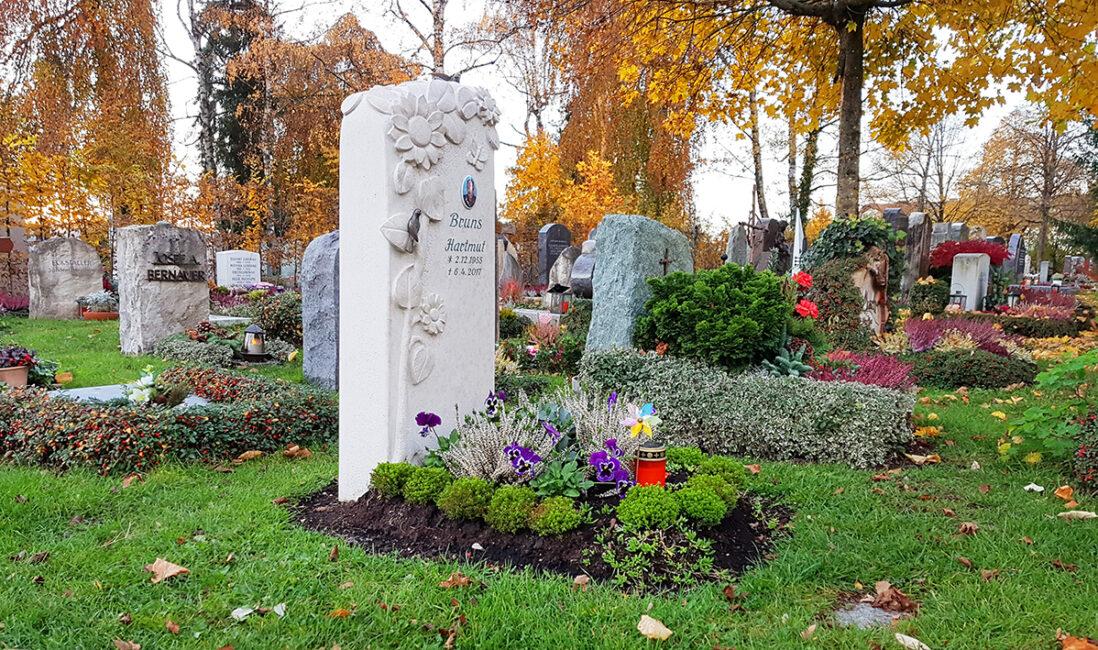 Grabanlage Urnengrabstein Kalkstein Preise florales Motiv Blumen Grabpflanzen Herbst Winter Bildhauer Vaterstetten München