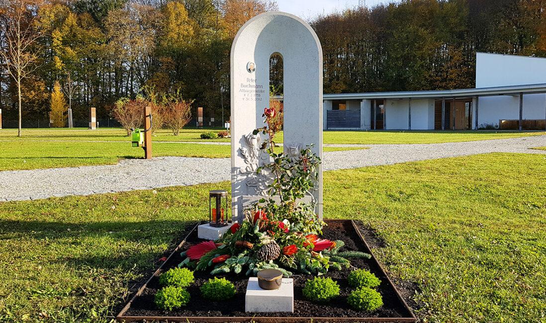 Grabstein Einzelgrab Kalkstein Bogen modern Grabbepflanzung Stauden pflegeleicht Herbst Rosenstrauch Grabschmuck Bronze Steinsockel Friedhof Finsing München