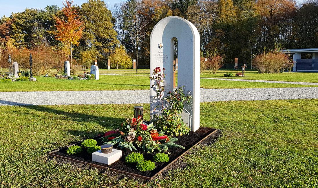 Grabmal Einzelgrabanlage Kalkstein weiß gebogen Brücke modern Rosengehölz Grabpflanzen Herbst Weihwasserkessel Grablampe Bronze Steinmetz Finsing München