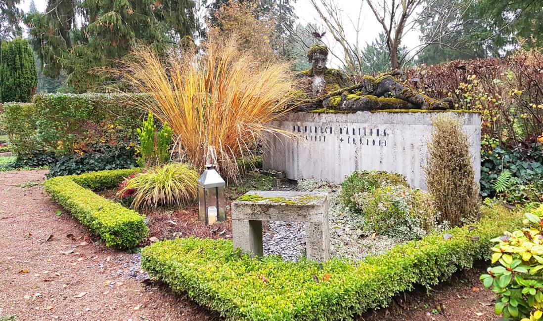 moderne Grabanlage Kalkstein Figur lebensgroß Steinblock Grabgestaltung Kies Gräser Hecke Grablaterne Bildhauer Kunst Wiesbaden Nordfriedhof