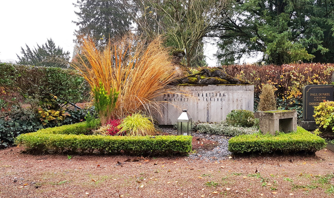 Grabstätte modern Kalksteinblock mit Figur liegend Grabbepflanzung Hecke Gräser Grabeinfassung Buchs Kiesweg Bank Friedhofsgärtner Wiesbaden Nordfriedhof
