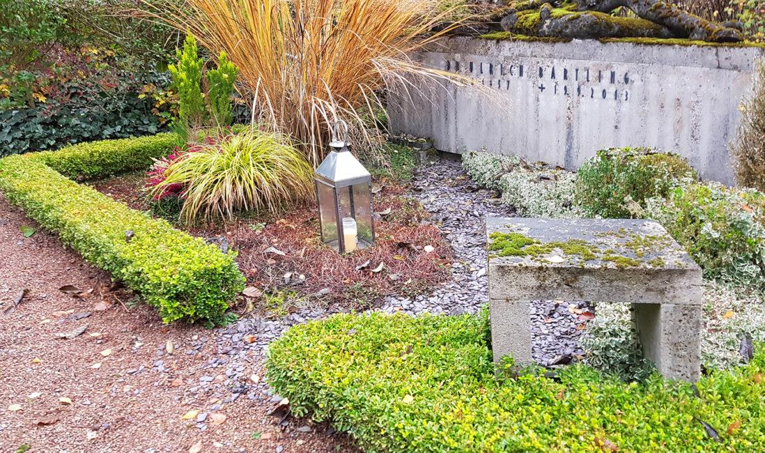modernes Grabdenkmal Kalkstein Quader Grabgestaltung pflegeleicht Kies Rindenmulch Gräser Bodendecker Grablampe Edelstahl Idee Beispiel Wiesbaden
