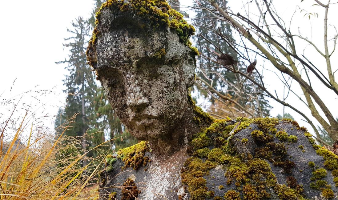 Kalksteinfigur Mensch Grabstein modern Detail Ansicht Grabpflege Bildhauer Friedhofsverwaltung Wiesbaden Nordfriedhof