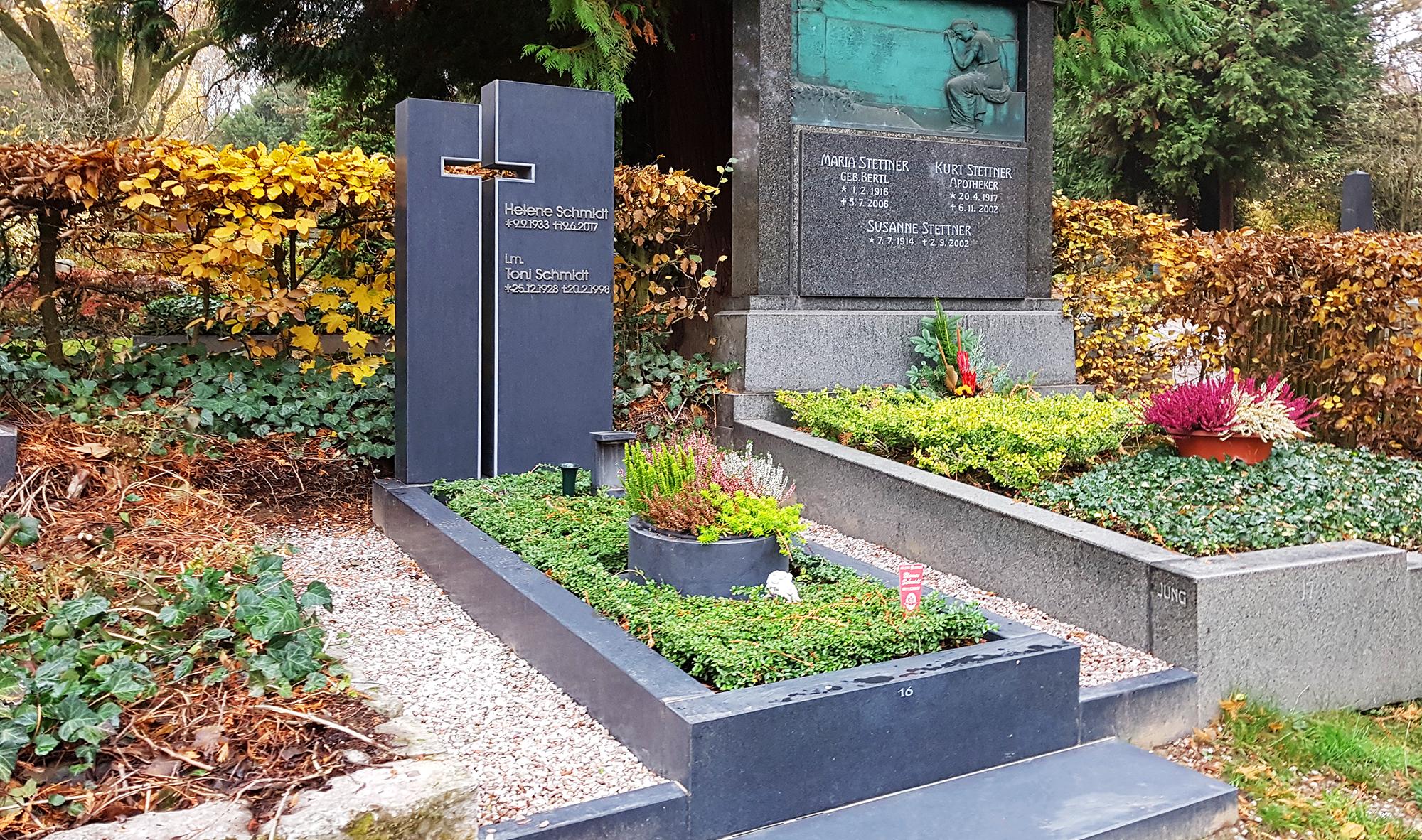 Grabschalen und Grabvasen setzen ein optisches Highlight bei der Grabgestaltung. © Stilvolle-Grabsteine.de