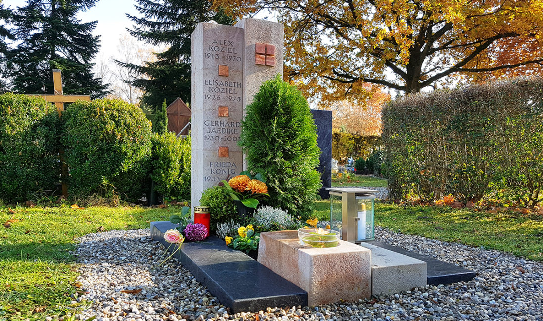 Urnengrabstein zweiteilig Säulen Steinsockel Einfasssung Kalkstein Granit Weihwasserkessel Grablampe Grabgestaltung Friedhofsgärtnerei Pfaffenhofen München