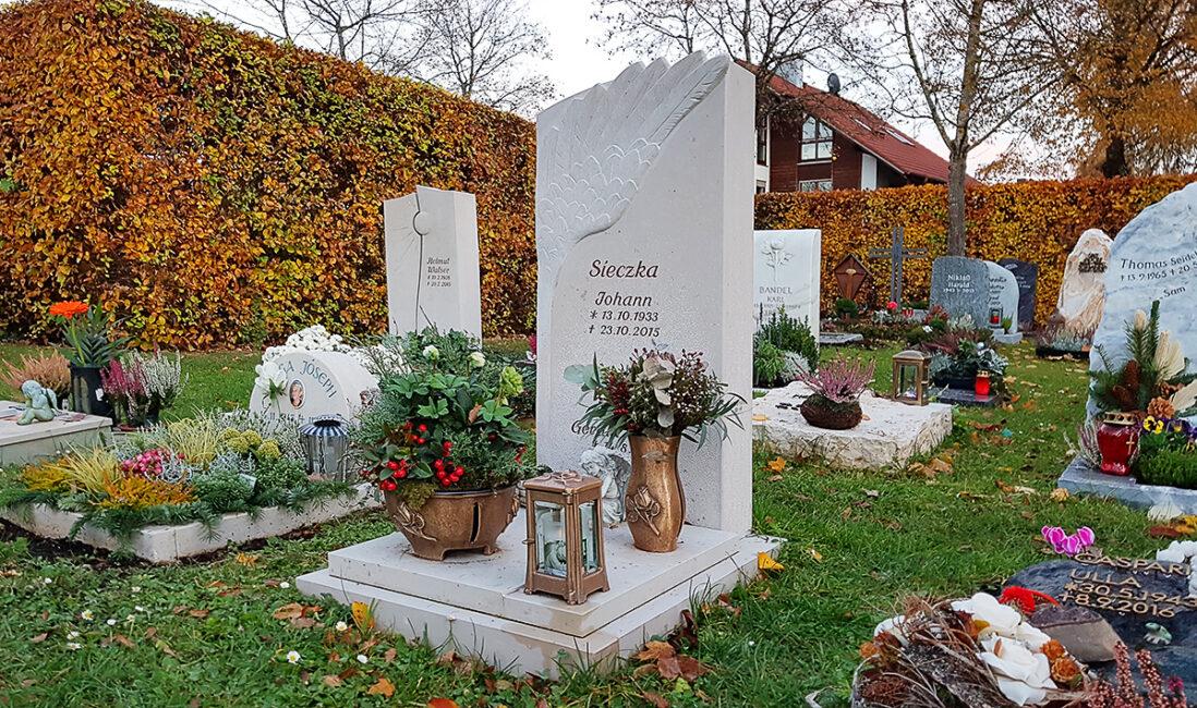 Grabstein Urnengrabstätte Kalkstein Flügel Engel Grabschale Grabvase Bronze Grablaterne Abdeckplatte Bepflanzung Herbst Friedhof Vaterstetten München