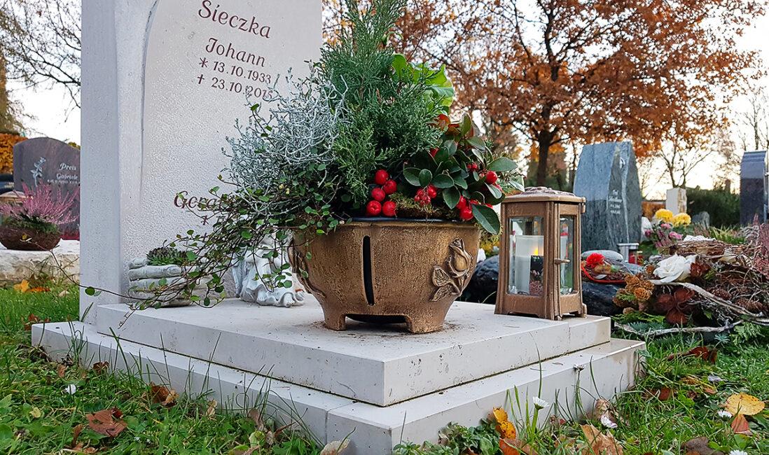 Urnengrabanlage Grabstein Abdeckung Kalkstein Platte Pflanzschale Bronze Grablampe Grabbepflanzung Steinmetz Vaterstetten München