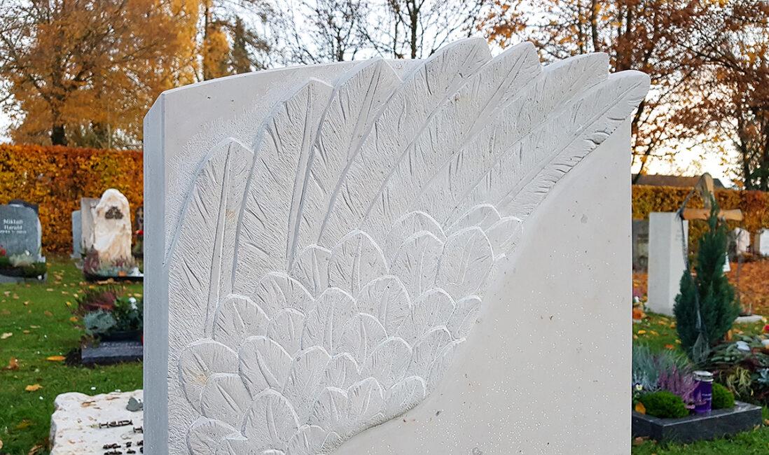 Urnengrabmal Kalkstein Federn Flügel Detail Gestaltung Möglichkeit Bildhauer Atelier Vaterstetten München