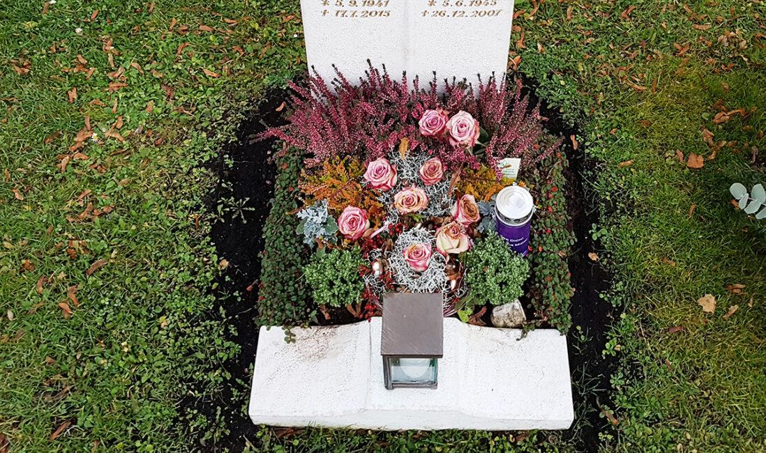 Grabanlage Urnengrab Grabsteinsockel Grablaterne Bronze herbstliche Grabbepflanzung Bodendecker Stauden pflegeleicht Friedhofsgärtnerei Vaterstetten München