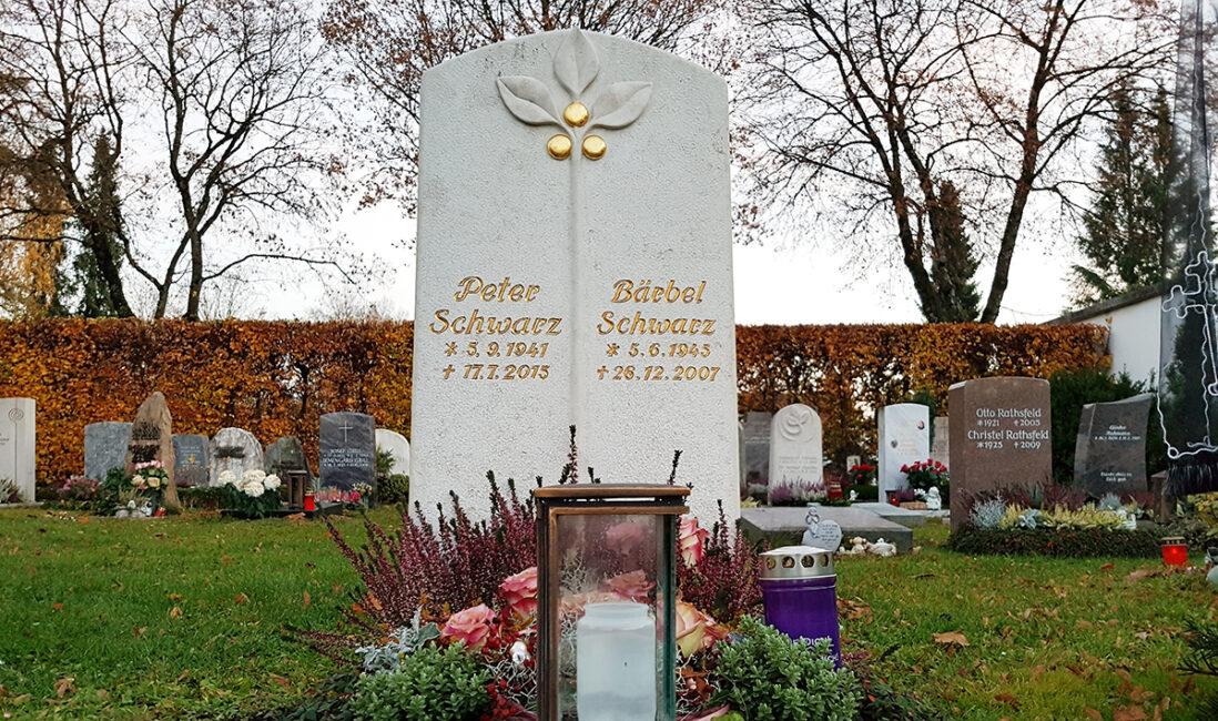 Urnengrabstein Kalkstein Blätter goldene Früchte Grabbepflanzung Herbst Grabschmuck Grablampe Bronze Steinmetz Friedhof Vaterstetten München