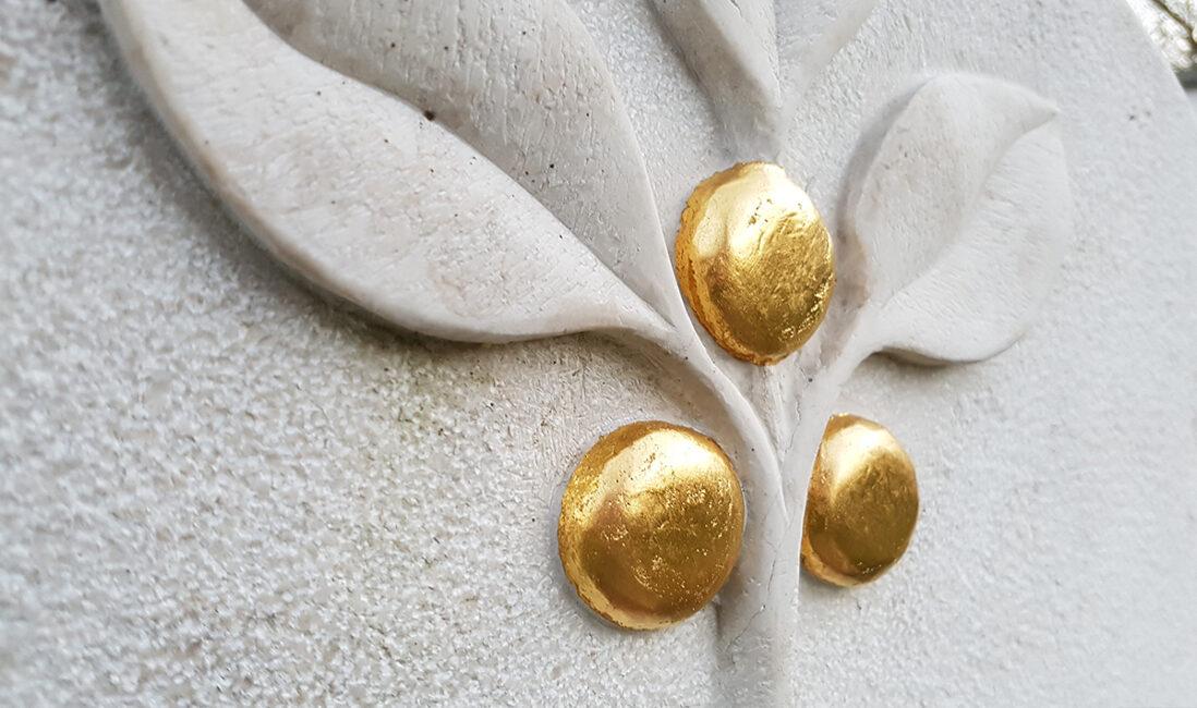 Urnengrabmal Kalkstein hell Blätter Früchte Äpfel Gold Gestaltungsidee Bildhauer Werkstatt Motiv Beispiel Vaterstetten München