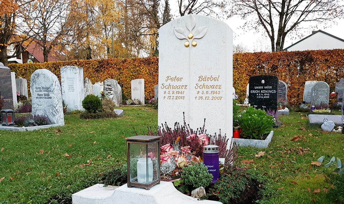Urnengrab Grabstein Kalkstein hell Zweige Äpfel vergoldet Einfassung Sockel Grablicht Bronze Grabgestaltung Herbstbepflanzung Bildhauer Vaterstetten München