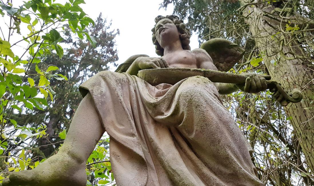 Steinengel lebensgroß Sandstein Figur Familiengrabstein Laute Musikinstrument Engelsflügel Bildhauer Kunst Nordfriedhof Wiesbaden