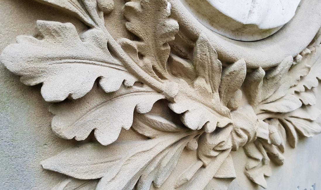 Sandstein Relief Eichenlaub Grabstein historisch Friedhofsverwaltung Wiesbaden